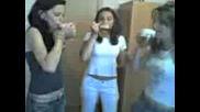 Момичета Пият