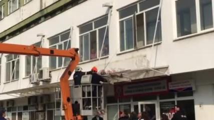 Пациент падна върху козирка на УМБАЛ-Бургас