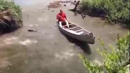 Напълни си лодката с риба за секунди,а аз тука за 5 рибки се мъча цял ден с въдицата ха ха