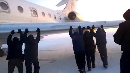 Пасажери бутат закъсал самолет