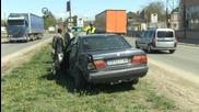 Два тира затиснаха и смачкаха автомобил