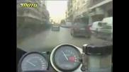 un motociclist uita de regulile de circulatie