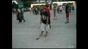 Пиян човек неможе да си обуе чехлите