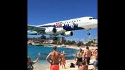 Пилот ниско приземява самолет над главите на плажуващи туристи!