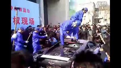 Китайски бизнесмен плаша да му потрошат ламборгинито