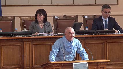 Депутати влязоха със защитни облекла в НС