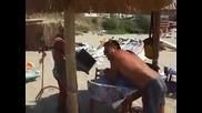 Пич чупи лаптопа на плажа (смях)