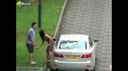Жена бие мъжа си в Сингапур
