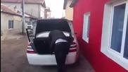 Мъж от Пазарджик показа арсенал в багажника на колата си