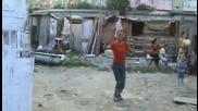 Ромски Травестит Играе Луд Кючек Смях