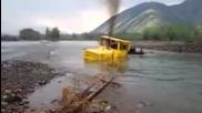 Руски шофьор на трактор не се отказва след като машината му затъва в река