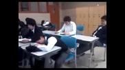 Лоша шега със съученик в класната стая