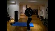 Изпъленение на упражнението олимпийско вдигане с лост
