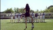 Бразилският топ модел Адриана Лима показва на Американски футболисти какво се нарича истински футбол
