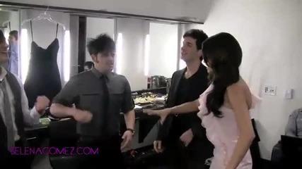 Selena се забавлява с групата си : )