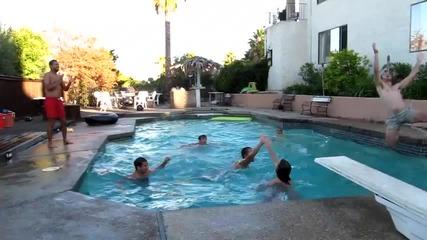 Забавен начин да играеш в басейн