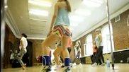 Красиви момичета тренират с танц и поддържат готини тела