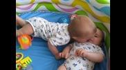 боричкането на близнаците:) ) ) Част 1