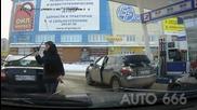 Смях ... Жени които зареждат на бензиностанция