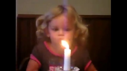 Малко момиченце не може да духне свещичка!смях!