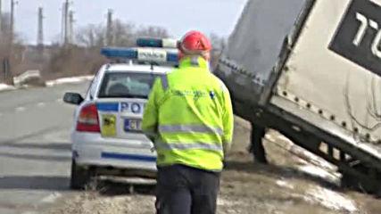 Буреносен вятър преобръща камионите по пътищата на Балканите