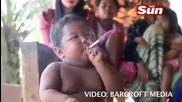 Двегодишно дете пристрастен пушач в Индонезия