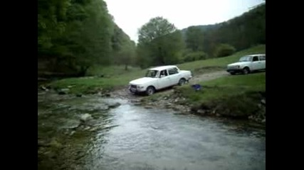 Вартбурзи минават през река