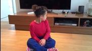 Малко момиче със страхотна точност показва трикове