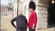 Гвардеец нокаутира мъж който се гавреше с него