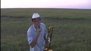 Пастир прибира стадо свирейки на тромбон