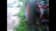 Traktor pali gumi