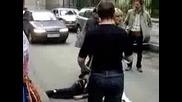пиян баща налита на бой на автопроизшествие