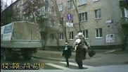 Ето как майка пресича с децата си пешеходна пътека в Русия