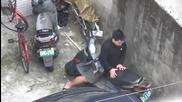 Мъж уловен от камерата, как еротично палува със своя скутер .