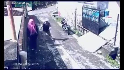 Крадец краде чантата на жена и жертва мотоциклета си
