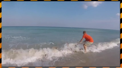Мъж хваща акула с голи ръце