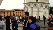 Шега с туристи пред наклонената кула в Пиза