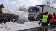 Танк T57 изтегля закъсал камион !