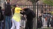 Гневна майка бие сина си за това, че хвърля камъни по полицията в Балтимор