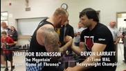 Devon Larratt (шампион по канадска борба) срещу The Mountain ( Game of Thrones)
