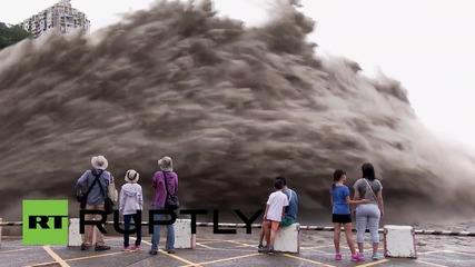 След тайфуна в Тайван: Хиляди литри вода изпускат контролирано край Шимен Дам