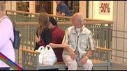 Влюбена двойка флиртува с непознати хора, скрита камера