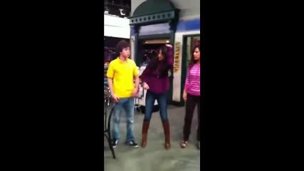 Selena Gomez танцува Dougie