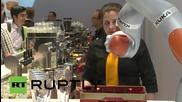 Германия: Запознайте се с робота, който мие чаши, отваря бутилки и налива бира като професионалист