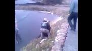 Идиот се хвърля върху заледеното езеро - голям смях