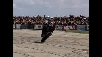 Двама На Honda Се Въртят В Кръг
