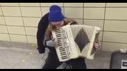 Младо момиче свири песничката от Супер Марио на акордеон!
