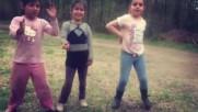 Danse de trois petites filles gitanes