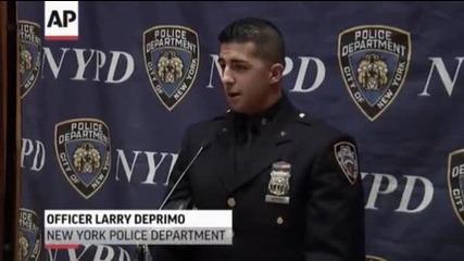 Страхотен жест...полицай от Ню Йорк дава обувки на бездомен човек!