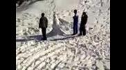 Деца правят снежен човек